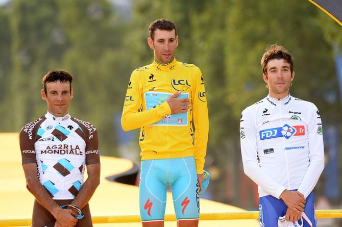 Vincenzo Nibali sul podio finale del Tour de France 2014 con i francesi Jean Christophe Peraud (sx) e Thibaut Pinot (dx)