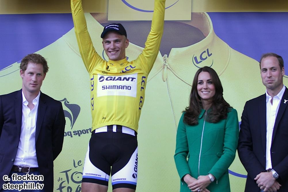 Marcel Kittel vince la prima tappa del Tour 2014, partito dallo Yorkshire, e riceve la maglia dalla Famiglia Reale