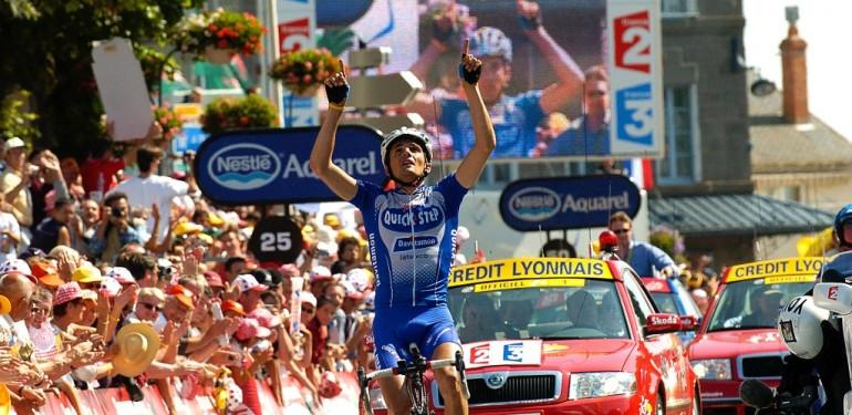 Richard Virenque arriva con le dita rivolte al cielo nella tappa di Saint Flour al tour 2004. La dedica è per un suo amico.