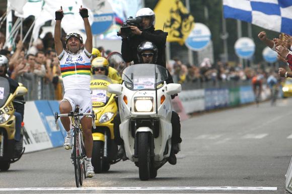 Paolo Bettini vince il Giro di Lombardia 2006 pochi giorni dopo la morte del fratello Sauro.