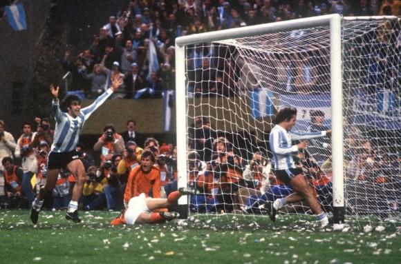 Mario Kempes segna uno dei due gol nella finale con l'Olanda al Mondiale del 1978. Su un tappeto di papelitos.